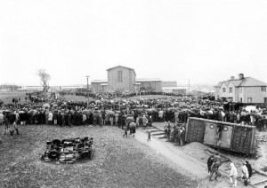 La gente si raduna a Creggan il 30 gennaio 1972 | Crowds gathering in Creggan on January 30, 1972