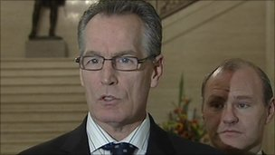 "Sunday World risarcisce Gerry Kelly per averlo definito ""Chief of Staff"""