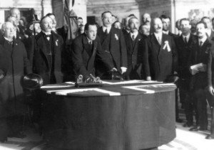 Edward Carson firma Ulster Covenant