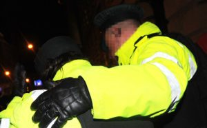 Una donna poliziotto è ferita negli scontri esplosi alla Belfast City Hall | A police woman is injured as trouble erupts outside Belfast City Hall.© Pacemaker