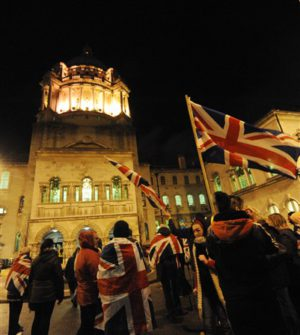 Scoppiano i disordini alla Belfast City Hall dopo che i lealisti sono entrati dai cancelli | Trouble erupts outside Belfast City Hall after a number of loyalists broke through the rear gates of the grounds.© Pacemaker