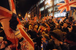 Contestatori alla Belfast City Hall mentre i consiglieri votano se mantenere la Union Jack sull'edificio | Protesters at Belfast City Hall as councillors vote on whether or not to keep the Union flag flying at the building.© Pacemaker