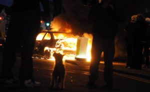 East Befast | Auto in fiamme in Castlereagh Road © Pacemaker