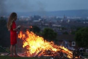 Il bonfire di Highfield Estate a West Belfast | General view of at the bonfire in the loyalist Highfield Estate in west Belfast. © Presseye
