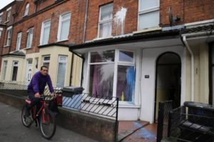 Vetri infranti e vernice sui muri tra Bloomdale Avenue e Chobham Street | The windows of two houses in Bloomfield Avenue and Chobham Street were smashed overnight. Paint was also thrown over the second property.