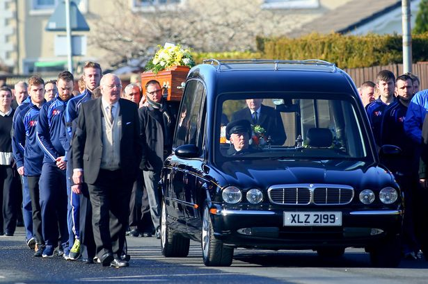 Folla al funerale di Gerry McKerr, uno degli Hooded Men