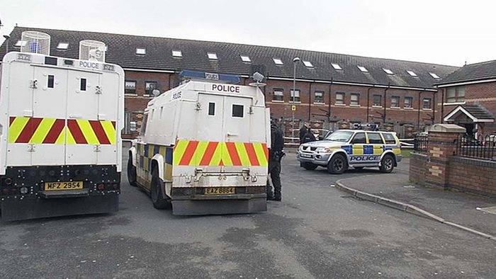 Polizia a St James Mews, North Belfast