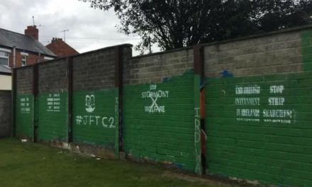 Murales per i Craigavon Two a Andersonstown
